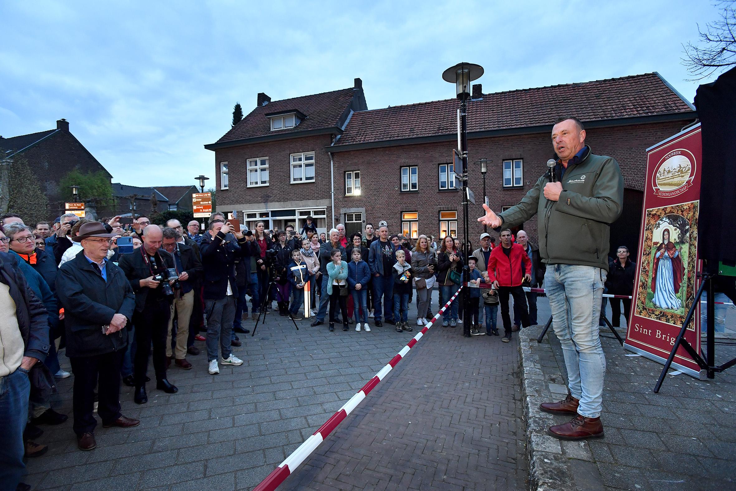 Jaap Dirkmaat, directeur van de VNC, spreekt het publiek toe.